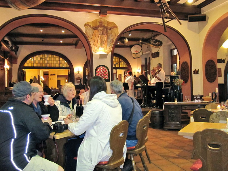 IMG_0739-Lunch_in_Rudesheim_with_band.jpg